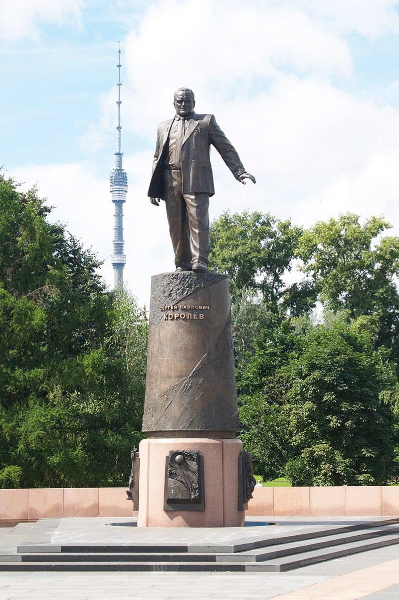 Pamyatnik-Sergeyu-Pavlovichu-Korolevu-na-Allee-kosmonavtov-v-Moskve