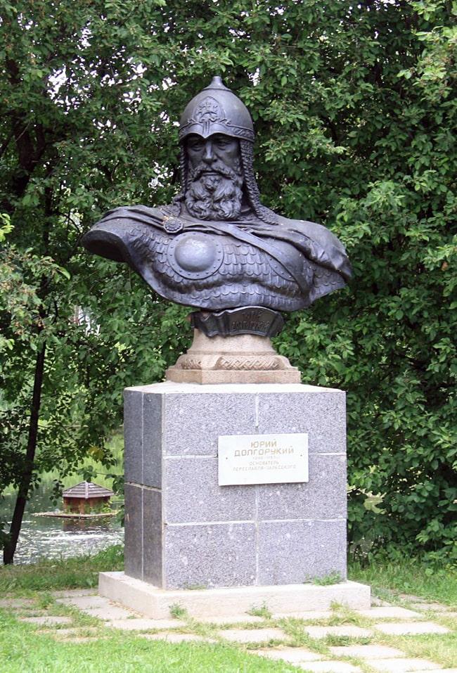 Pamyatnik-YU.-Dolgorukomu-v-Pereslavle-Zalesskom