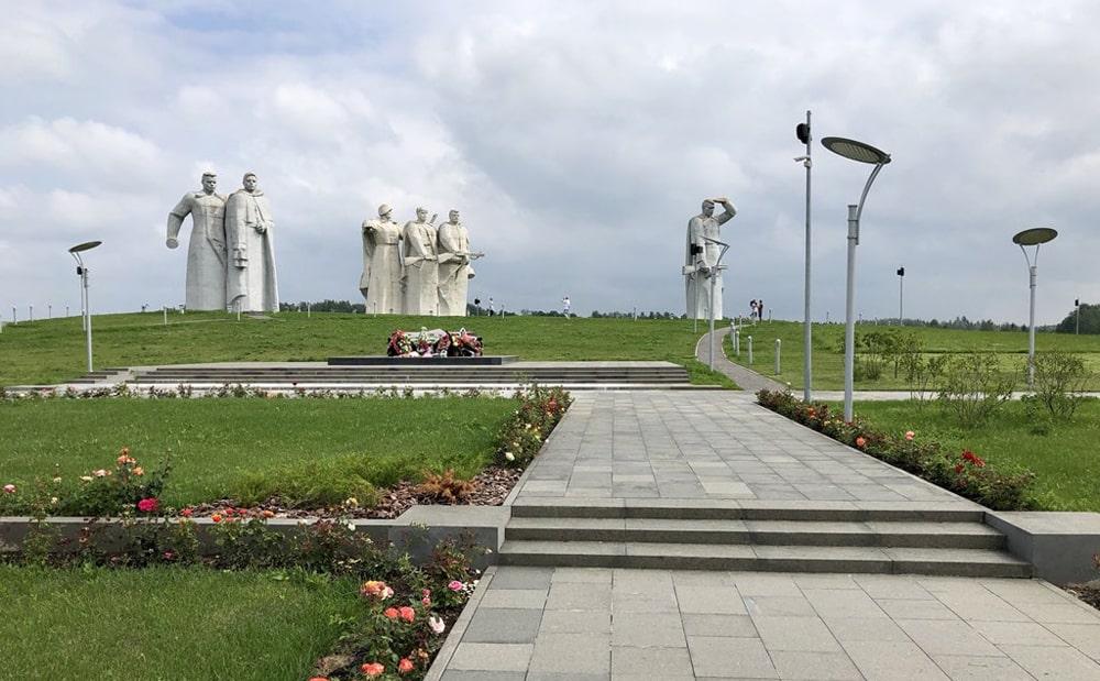 Pamyatnik-geroyam-panfilovtsam-v-Dubosekovo