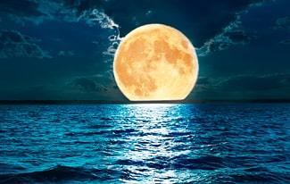 Почему луна ночью светится