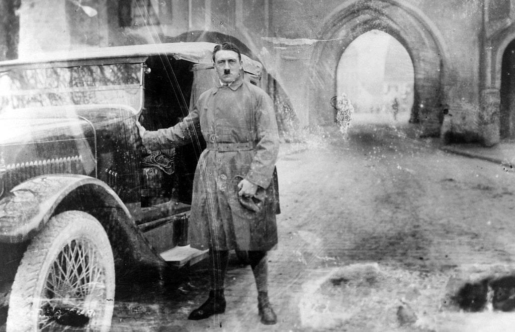 Posle-vyihoda-iz-tyurmyi-Landsberg-v-gorode-Landsberg-na-Lehe-v-Bavarii-dekabr-1924-goda