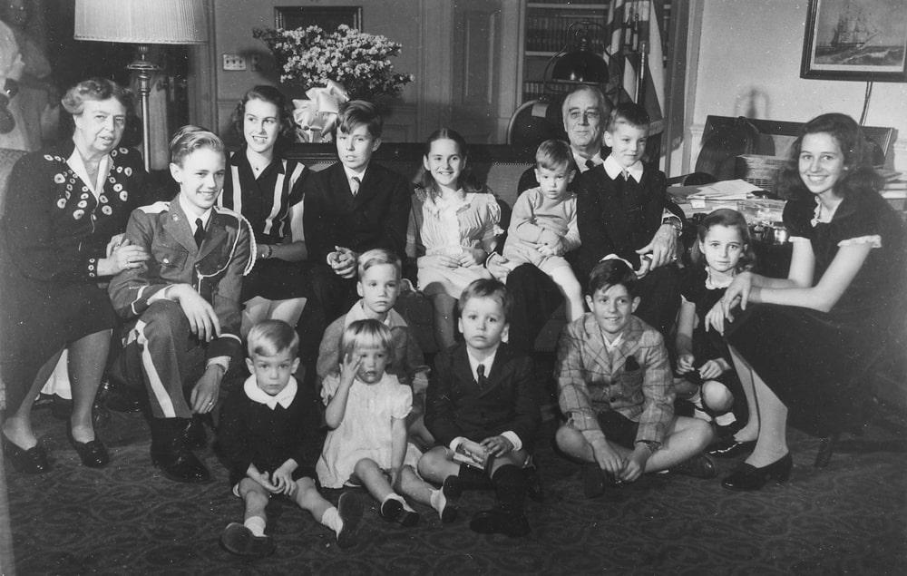 Prezident-Ruzvelt-s-zhenoy-i-trinadtsatyu-vnukami-1945