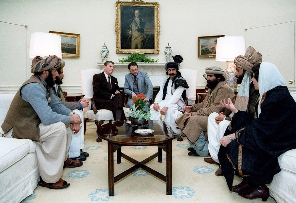 Prezident-SSHA-Ronald-Rejgan-vstrechaetsya-s-delegatsiej-afganskih-modzhahedov-v-Belom-dome