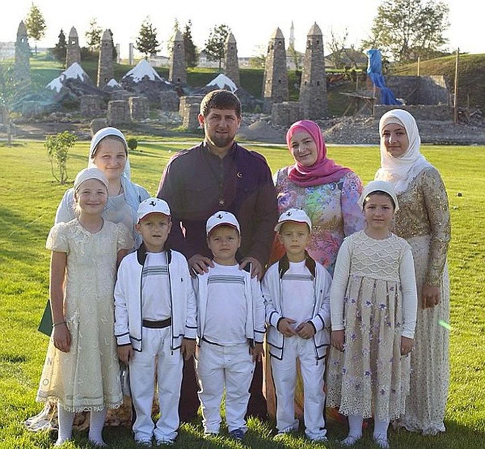 Ramzan-Kadyrov-s-zhenoj-i-detmi