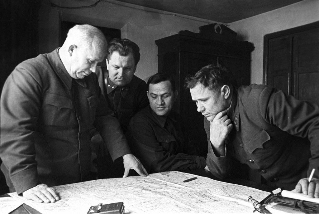 Sekretar-KPb-Ukrainyi-N.-S.-Hrushhyov-s-generalami-Stalingrad-1-dekabrya-1942-goda
