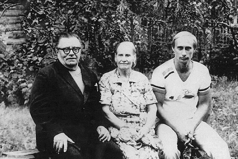Semeynoe-foto-1985-goda-s-ottsom-Vladimirom-Spiridonovichem-Putinyim-i-materyu