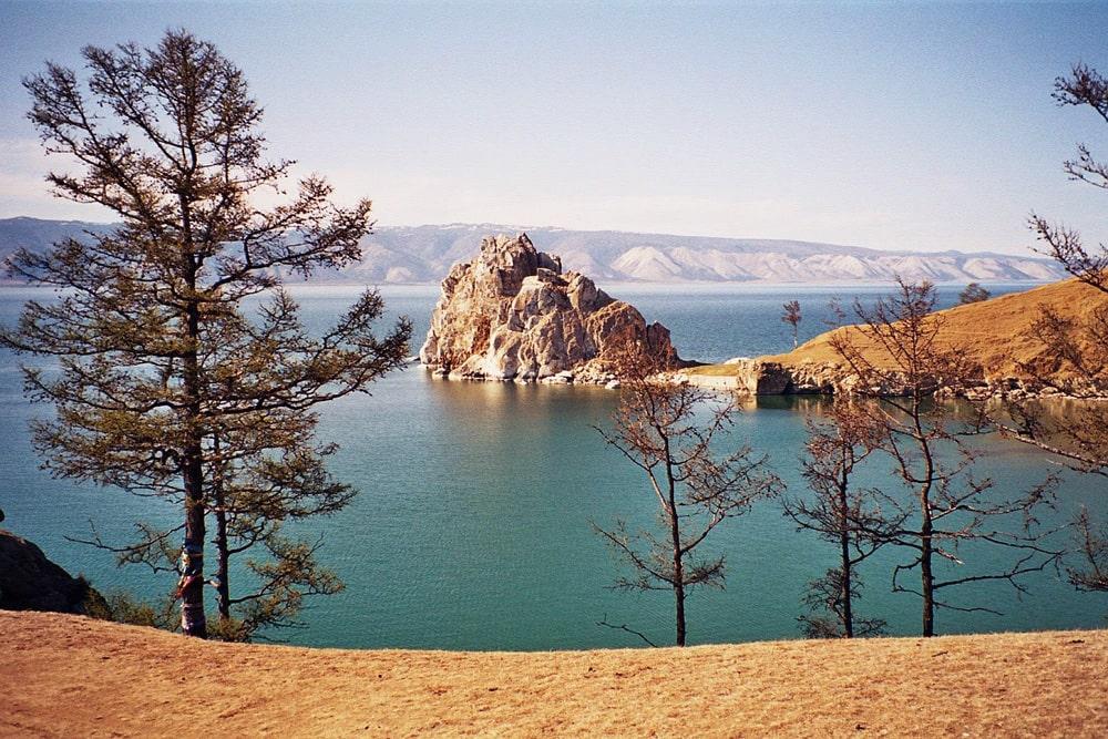 Skala-SHamanka-na-ostrove-Olhon-na-Bajkale