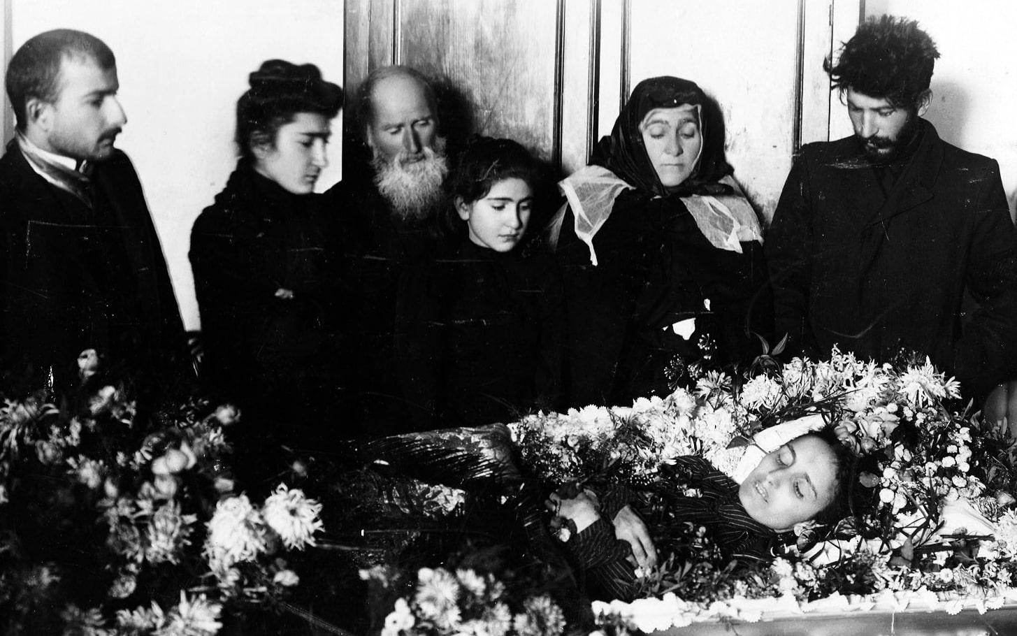 Stalin-s-materyu-i-semey-Svanidze-u-groba-zhenyi