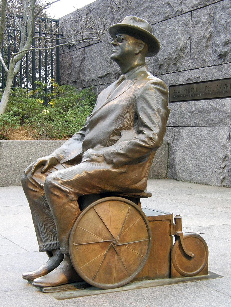 Statuya-Franklina-Ruzvelta-v-invalidnoy-kolyaske