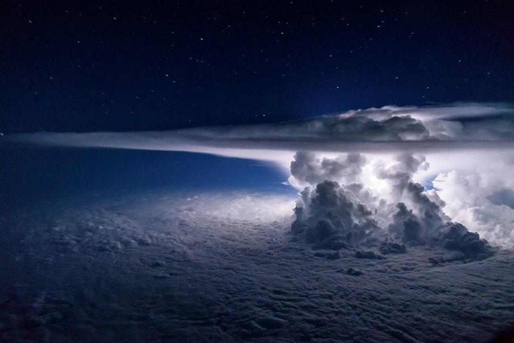 Tak-s-vyisotyi-113-km-vyiglyadit-shtorm-nad-Tihim-okeanom-v-moment-udara-molnii