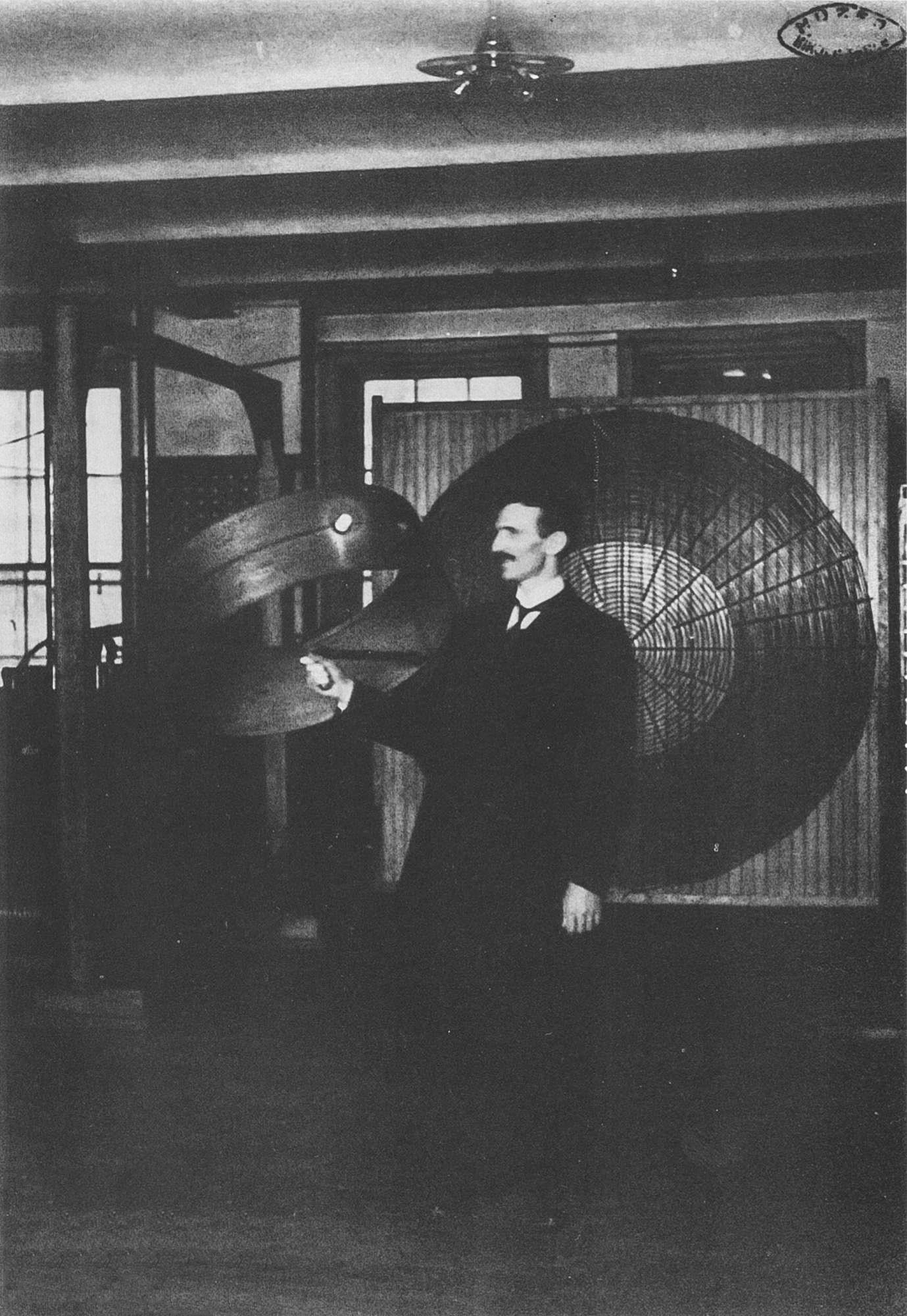 Tesla-demonstriruet-besprovodnuyu-peredachu-elektroenergii