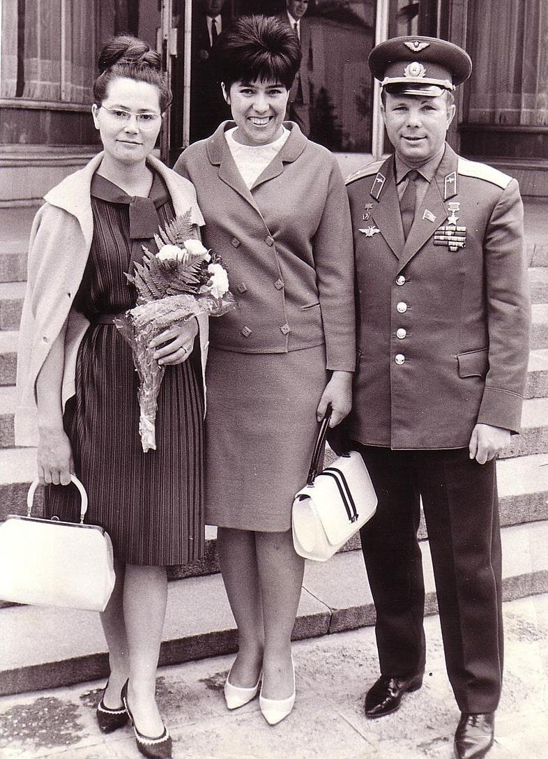 Valentina-Gagarina-Sima-E`yvazova-YUriy-Gagarin.-Bolgariya-1966-god
