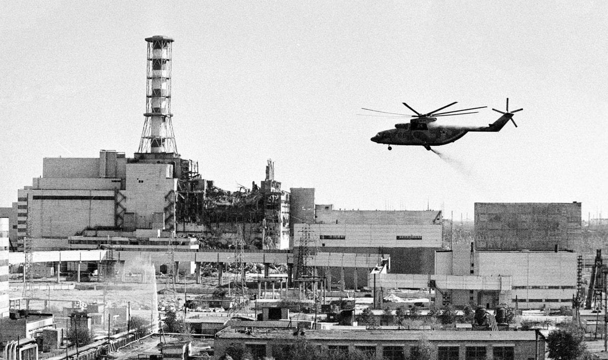 Vertoletyi-vedut-dezaktivatsiyu-zdaniy-CHernobyilskoy-atomnoy-e`lektrostantsii-posle-avarii