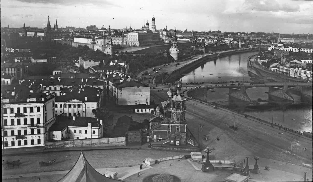 Vid-na-Kreml-i-Bolshoy-Kamennyiy-most-s-tsokolnoy-ploshhadki-HHS