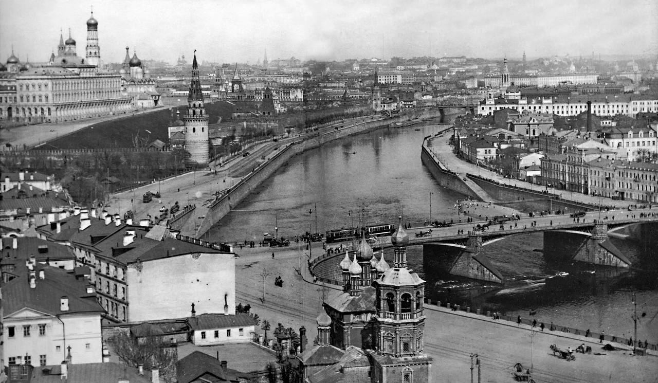 Vid-na-Kreml-i-Bolshoy-Kamennyiy-most