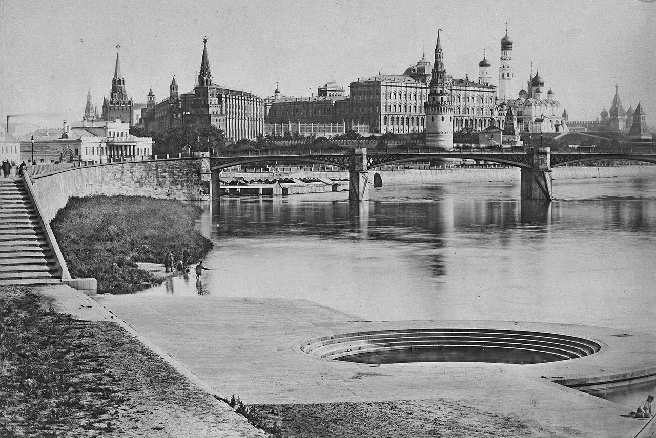 Vid-na-Kreml-i-pervyiy-v-Moskve-metallicheskiy-trehproletnyiy-most