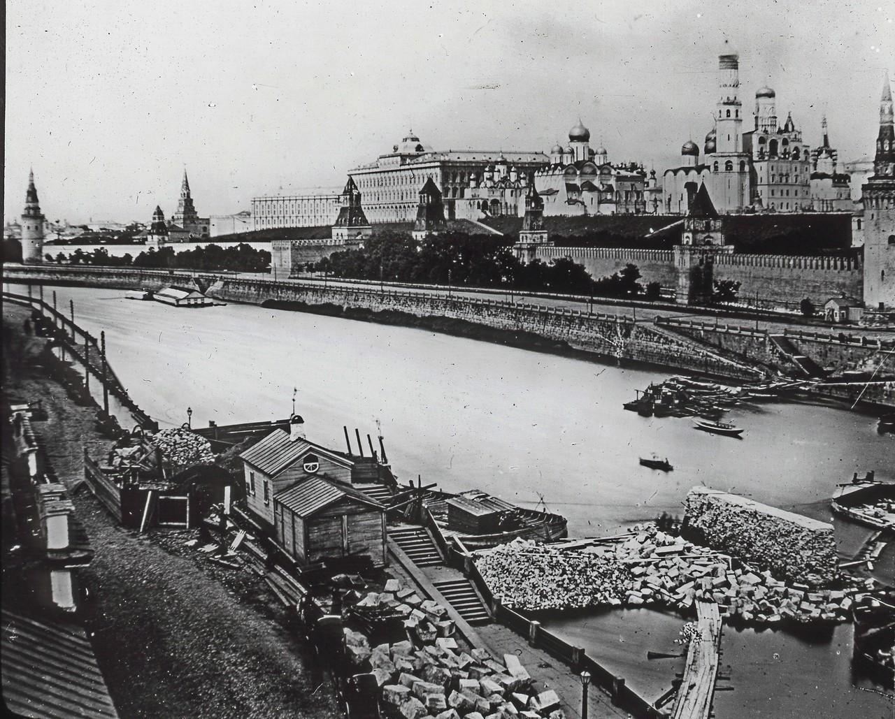 Vid-na-Kreml-s-Raushskoy-naberezhnoy