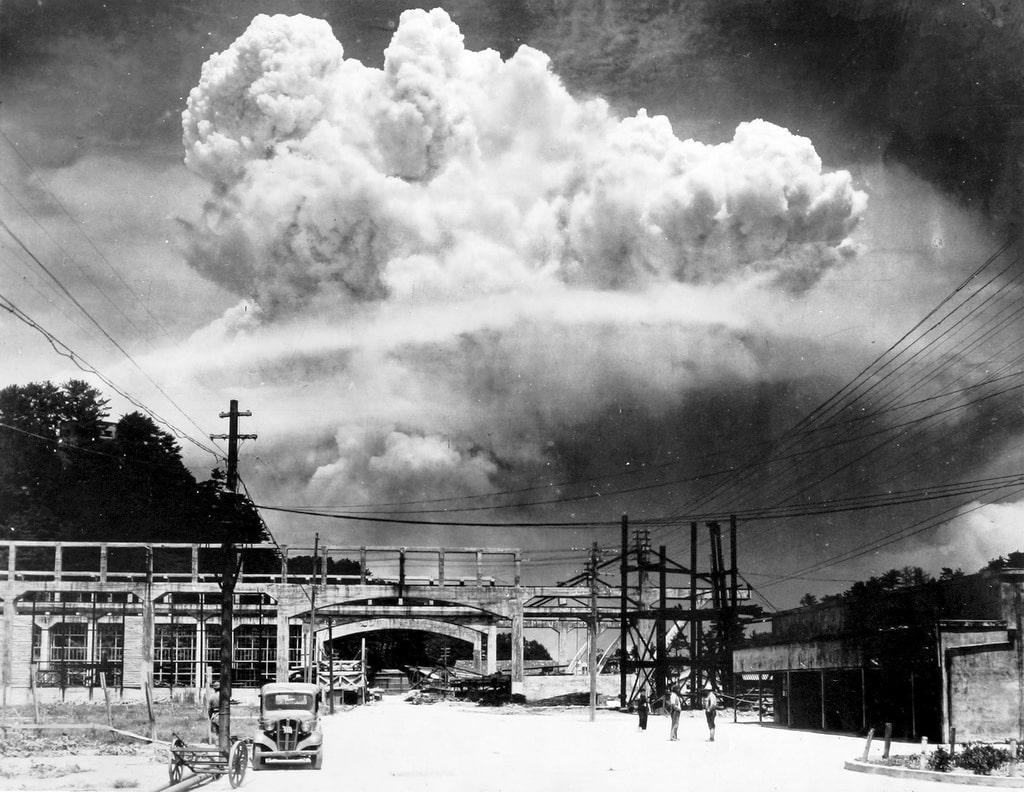 Vid-na-oblako-atomnogo-vzryiva-v-Nagasaki-s-rasstoyaniya-v-15-km