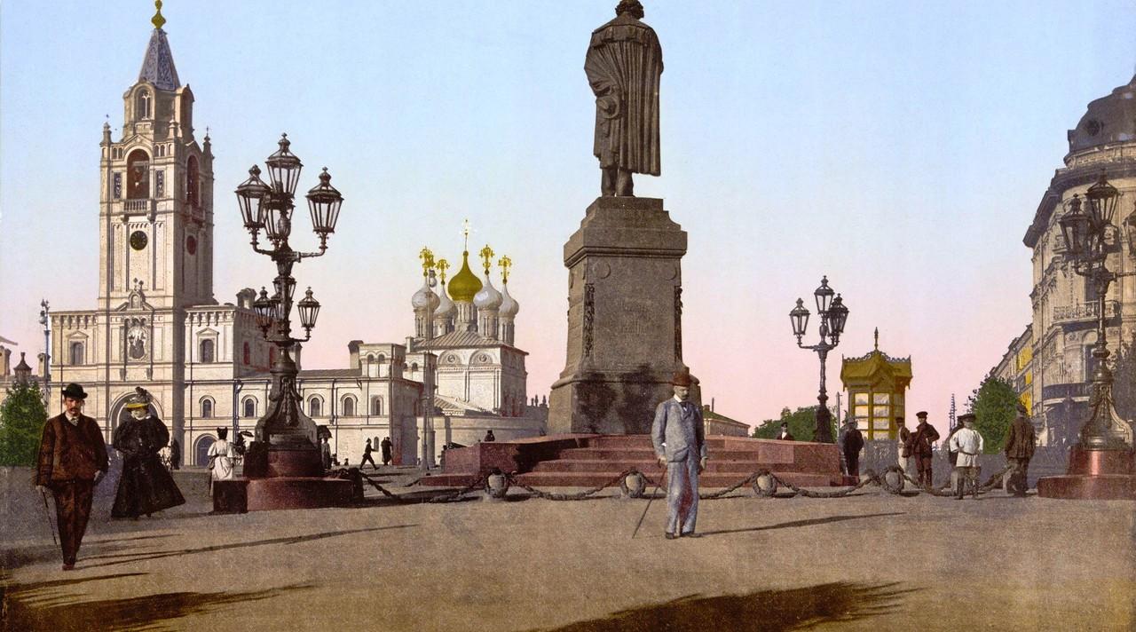 Vid-na-pamyatnik-Pushkinu-i-Strastnoy-monastyir