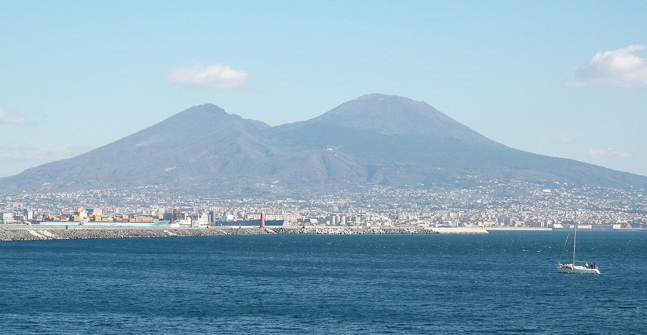 Vid-na-vulkan-so-storonyi-rayona-Nazario-Sauro-Neapol