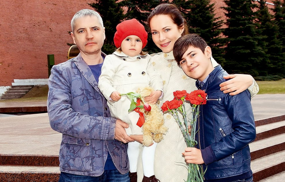 Vladimir-Abashkin-s-zhenoy-Ekaterinoy-syinom-Alekseem-i-docheryu-Annoy