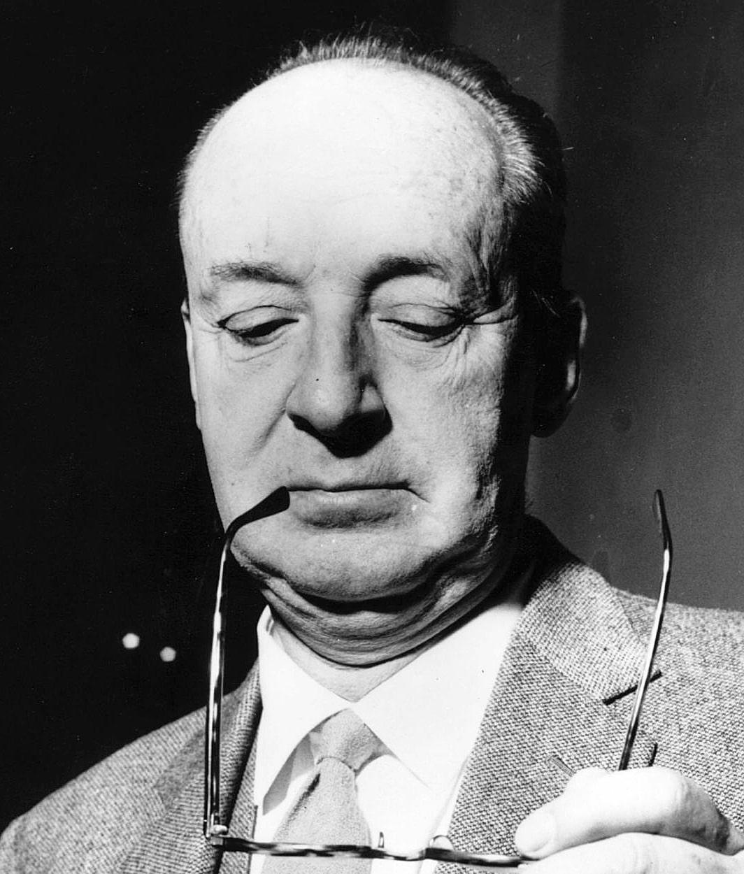 Vladimir-Nabokov-chitaet-lektsiyu