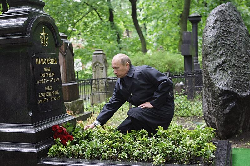 Vladimir-Putin-vozlagaet-tsvetyi-na-mogilu-Ivana-SHmeleva