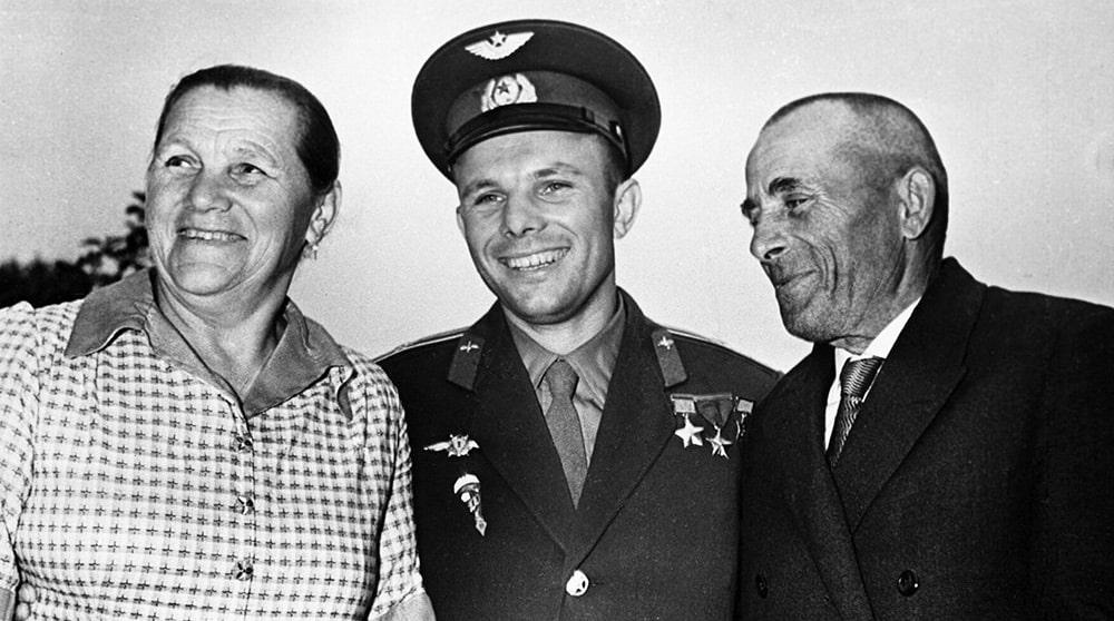 YUriy-Gagarin-s-roditelyami