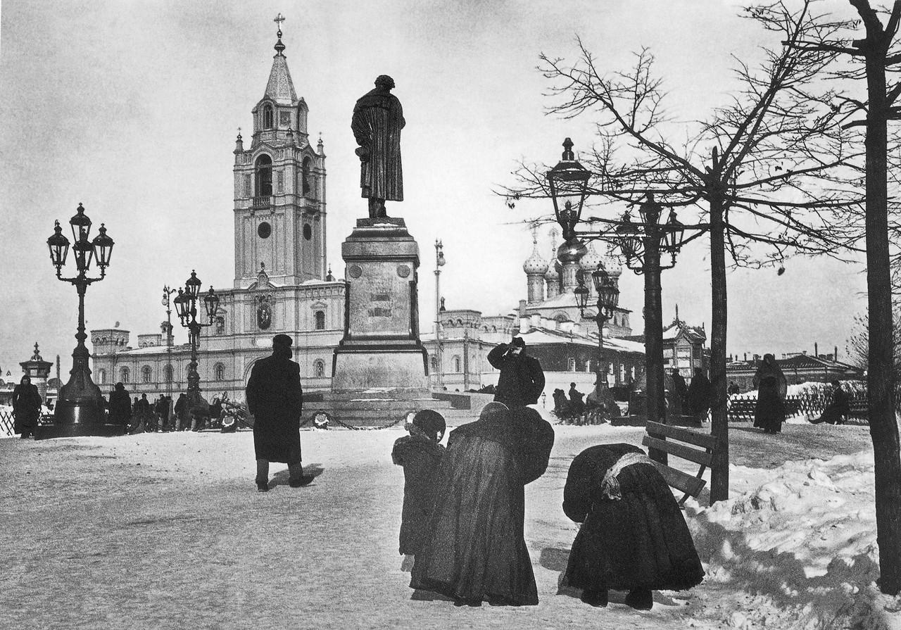 Zimniy-vid-na-pamyatnik-Pushkinu-i-Strastnoy-monastyir