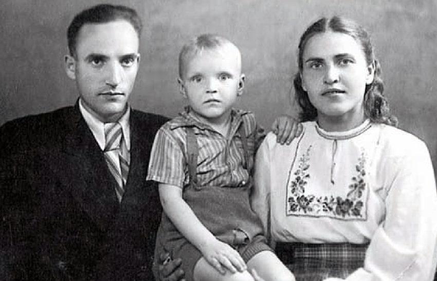 aleksandr-kajdanovskij-v-detstve-s-roditelyami