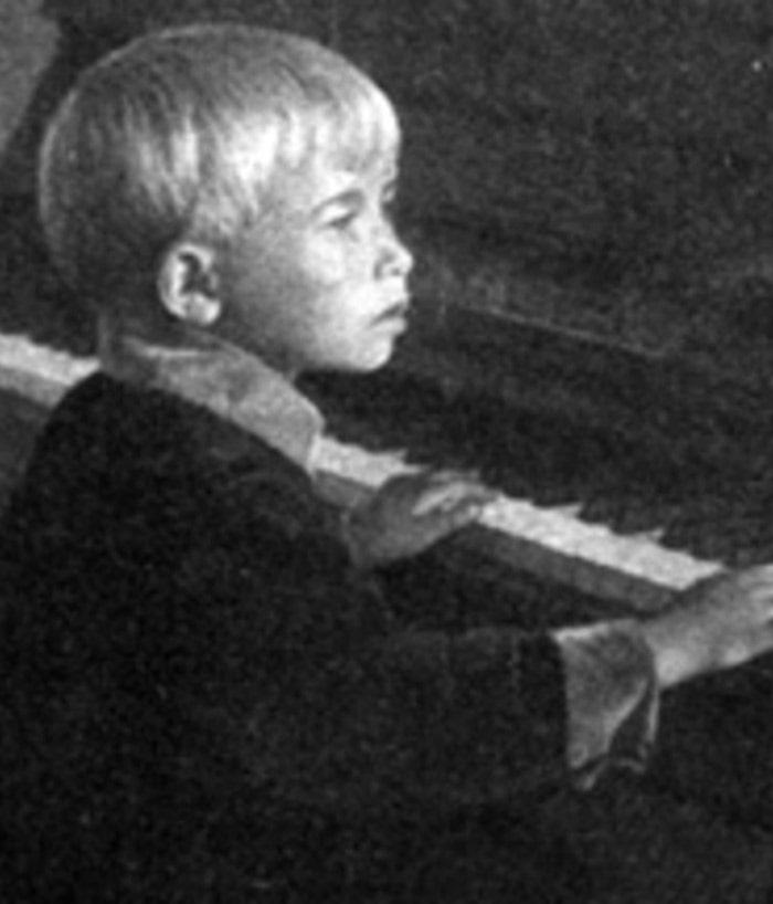 aleksandra-pahmutova-v-detstve