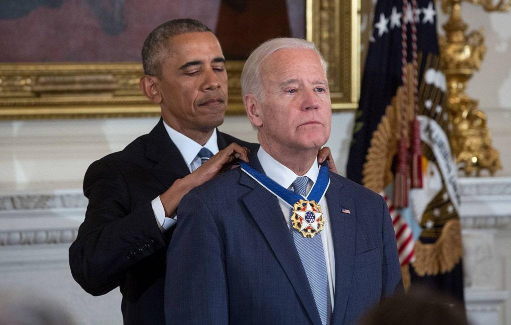 barak-obama-nagrazhdaet-bajdena-prezidentskoj-medalyu-svobody