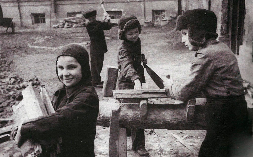 deti-za-rabotoj-v-blokadnom-leningrade