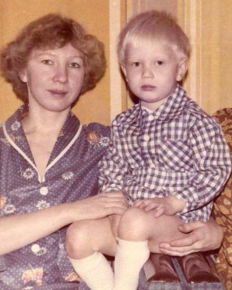 dmitrij-hrustalev-v-detstve-s-mamoj