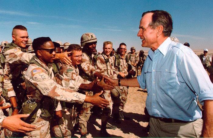 bush-starshij-s-amerikanskimi-soldatami