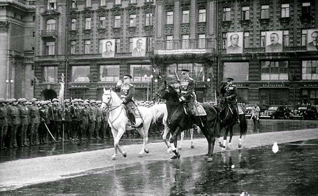 georgij-zhukov-i-konstantin-rokossovskij-na-parade-pobedy