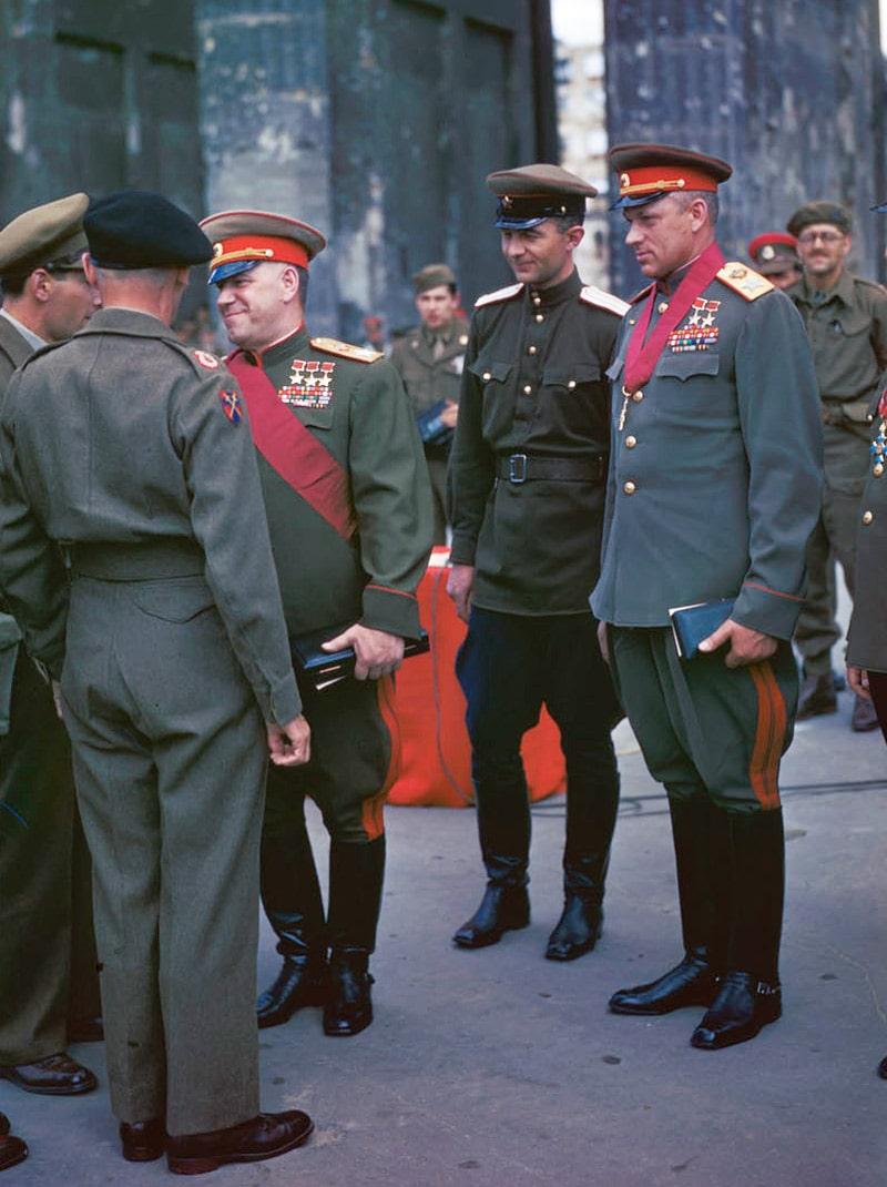 georgij-zhukov-i-konstantin-rokossovskij-v-berline-v-1945