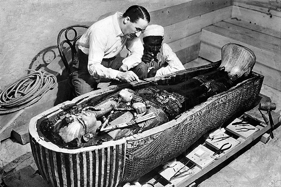 govard-karter-izuchaet-sarkofag-tutanhamona