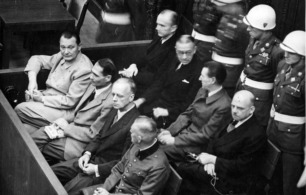 karl-dyonicz-na-zasedanii-nyurnbergskogo-tribunala-pervyj-sleva-vo-vtorom-ryadu