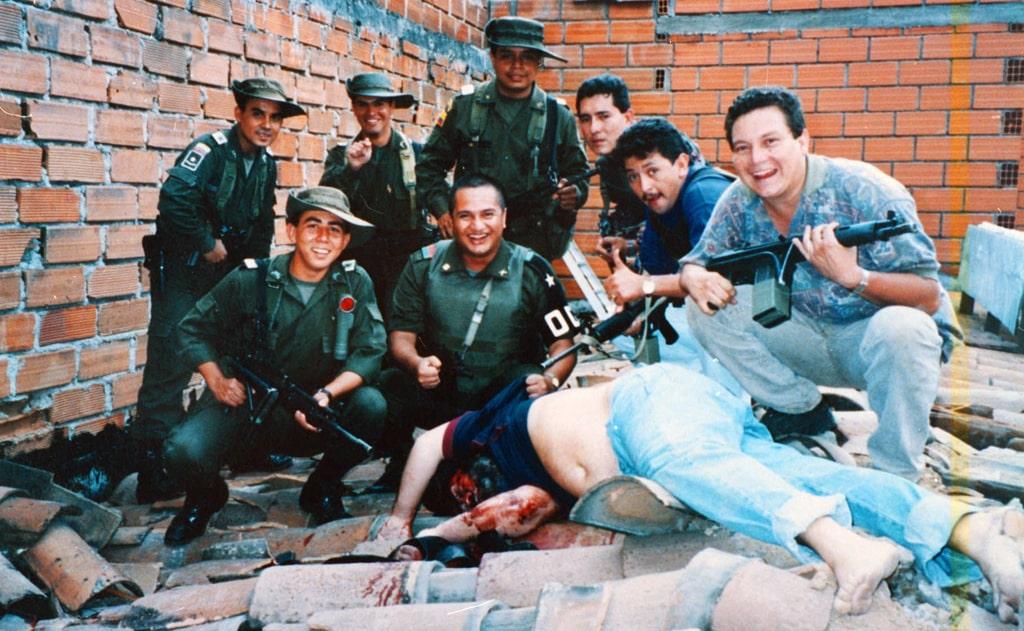 kolumbijskie-policzejskie-vozle-trupa-eskobara