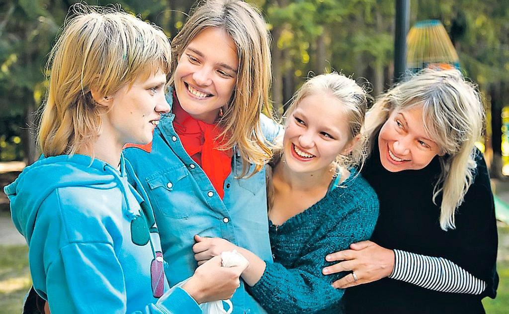 natalya-vodyanova-s-mamoj-i-sestrami