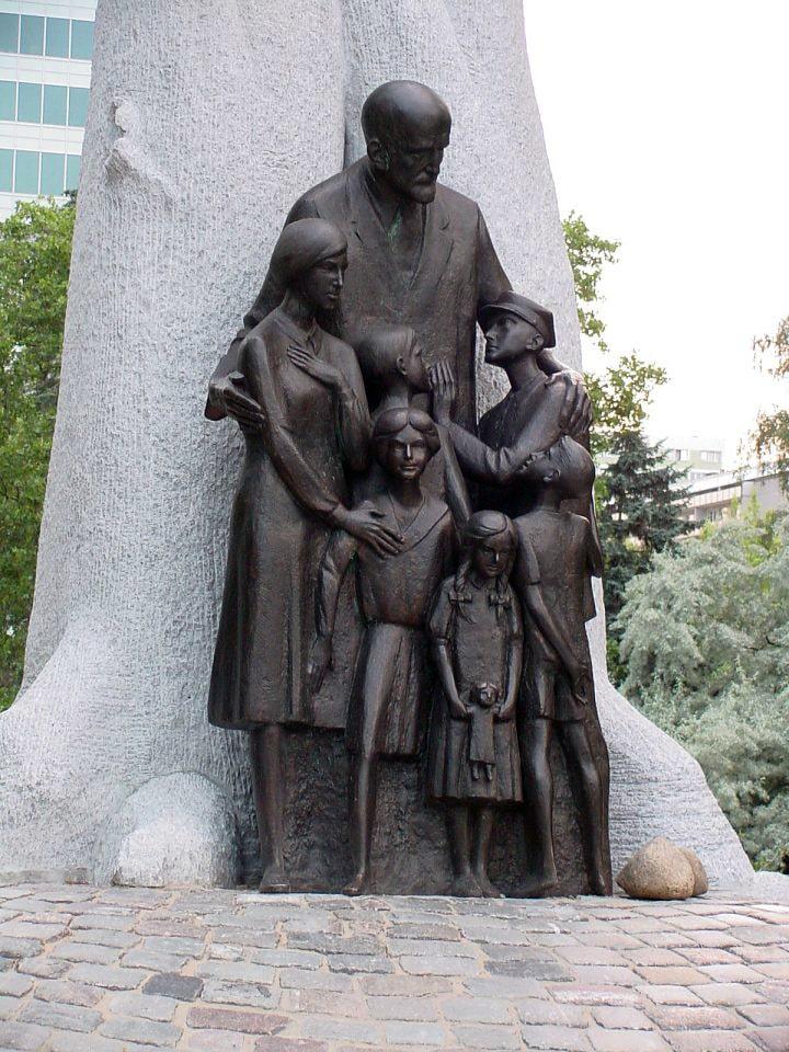 pamyatnik-yanushu-korchaku-v-varshave