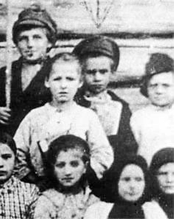 pavlik-morozov-v-czentre-v-furazhke-s-odnoklassnikami