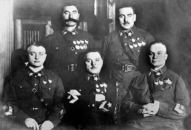 pervye-5-marshalov-sleva-napravo-tuhachevskij-voroshilov-egorov-sidyat-budyonnyj-i-blyuher-stoyat