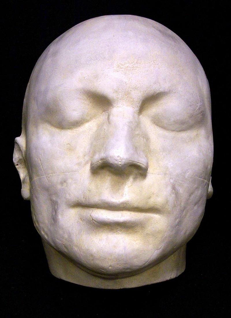 posmertnaya-maska-maksimiliana-robespera
