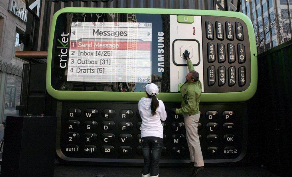samyj-bolshoj-v-mire-telefon-samsung-sch-r450