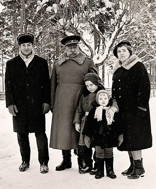 semyon-budyonnyj-s-zhenoj-zyatem-mihailom-derzhavinym-i-vnukami