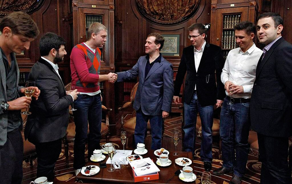 sergej-svetlakov-i-drugie-uchastniki-comedy-club-na-vstreche-s-dmitriem-medvedevym