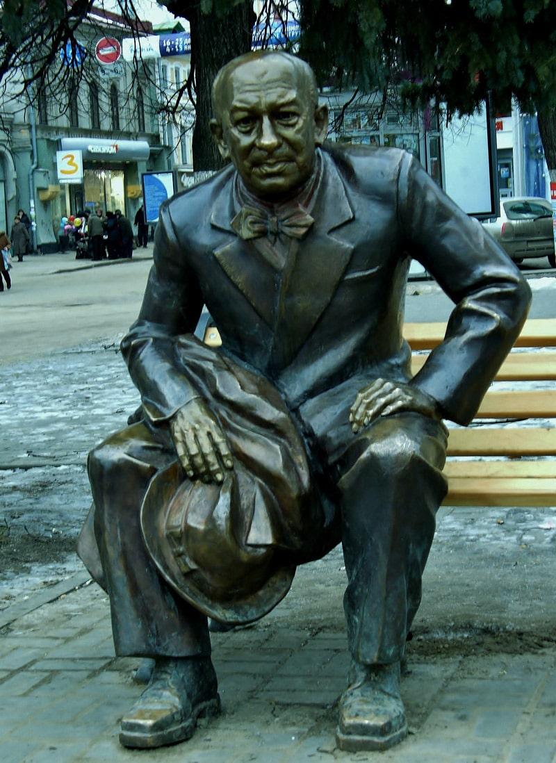 skulptura-evgeniya-evstigneeva-v-nizhnem-novgorode