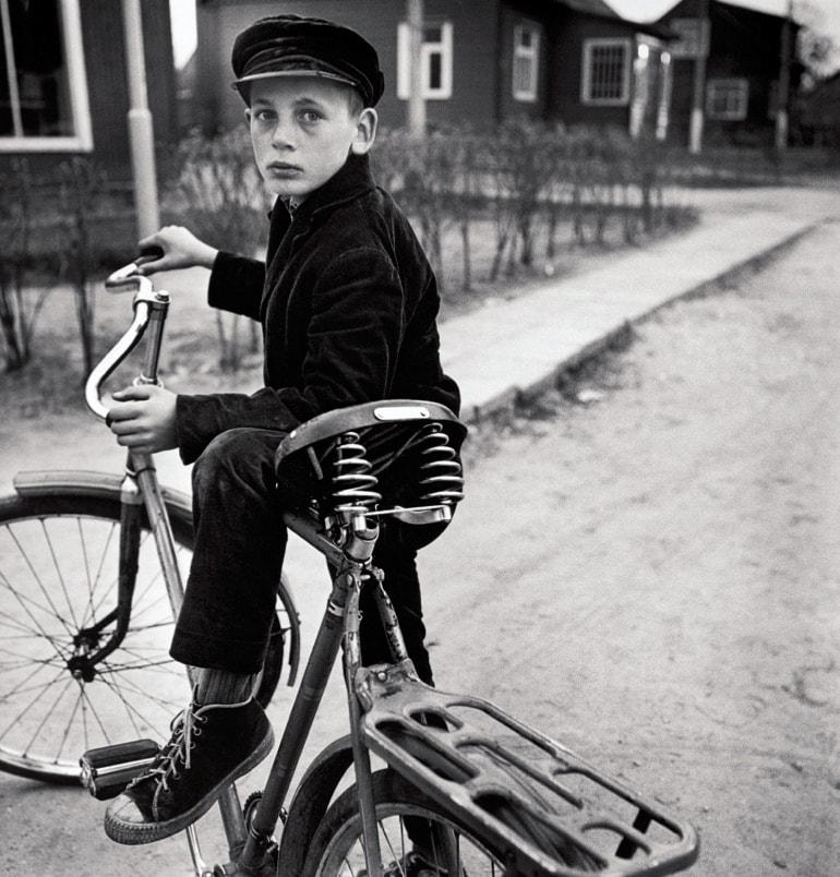 sovetskij-malchik-na-velosipede